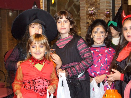 Some children going trick or treating. By jennicatpink (Flickr)