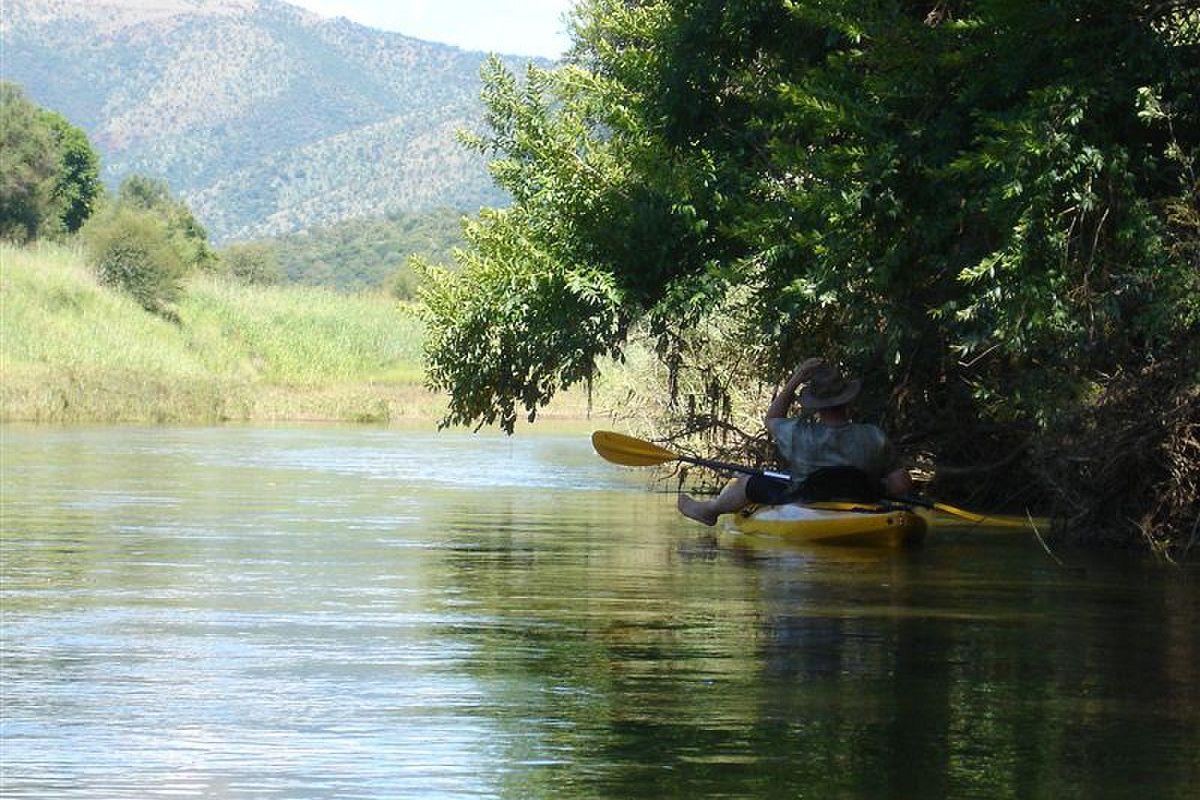 Vaar in 'n kajak op die rivier | Foto: LekkeSlaap.